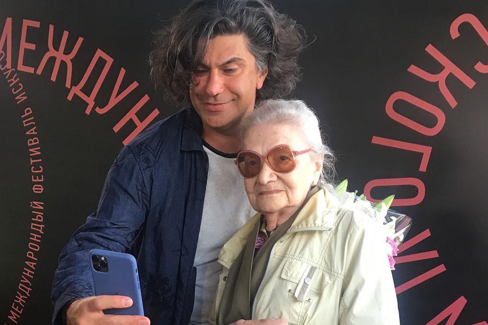 88-летняя жительница Клина на протяжении почти двадцати лет поздравляла своего кумира с праздниками и посылала ему трогательные послания.