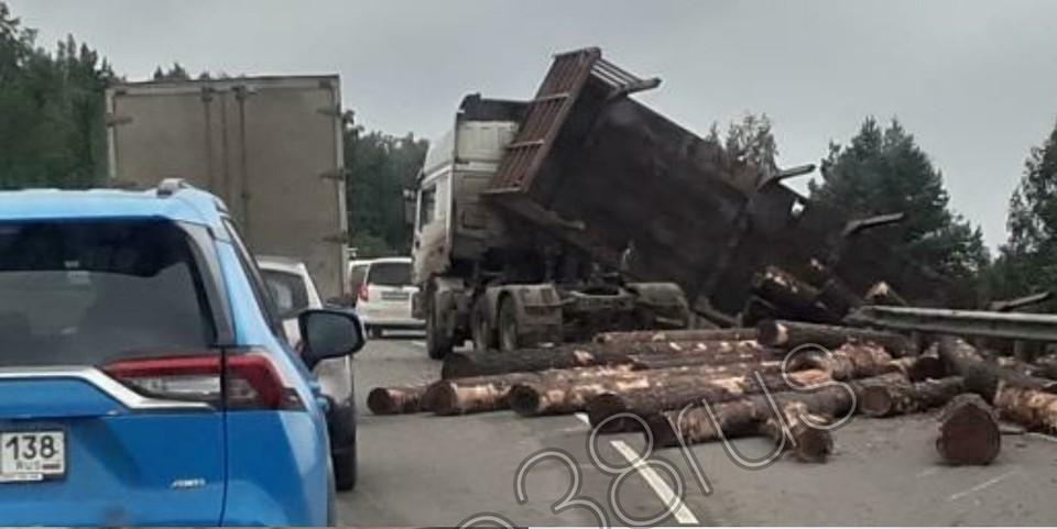 Лесовоз опрокинулся под Иркутском. Фото: соцсети, группа ДТП 38RUS Иркутск