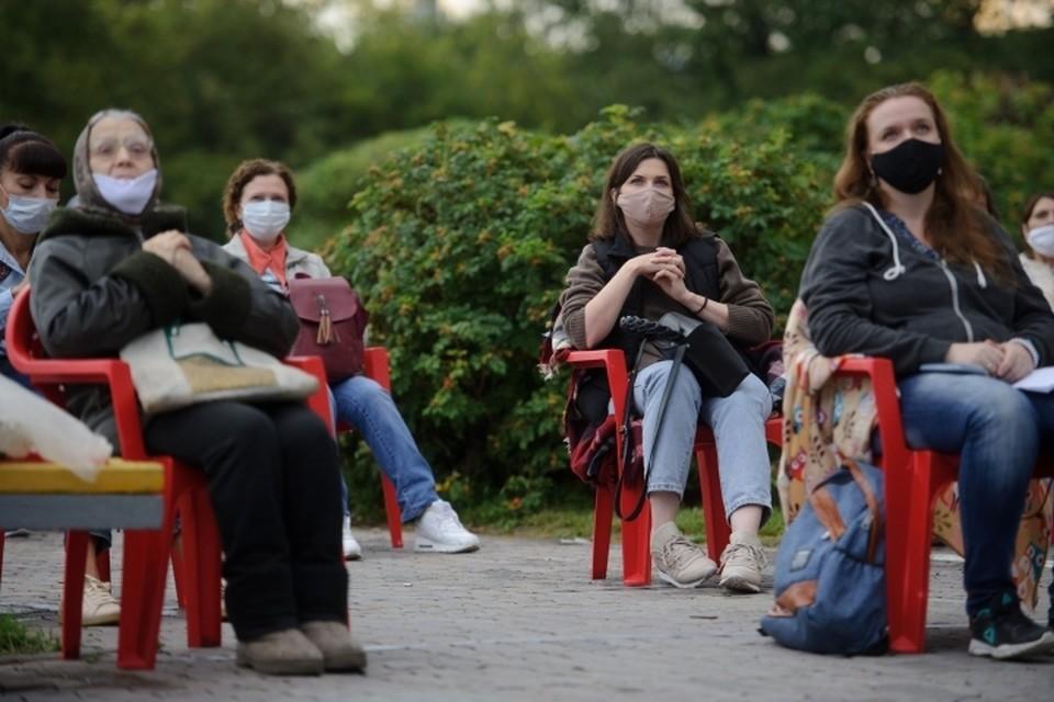 В общественных местах татарстанцам по-прежнему необходимо носить маски.