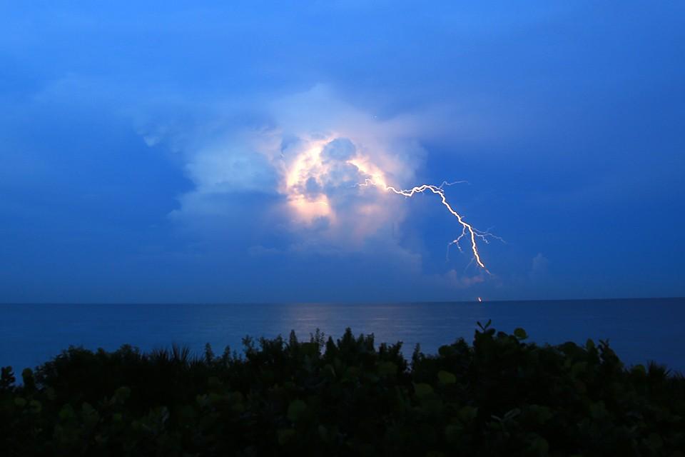 Люди, как правило, наблюдают шаровые молнии во время грозы