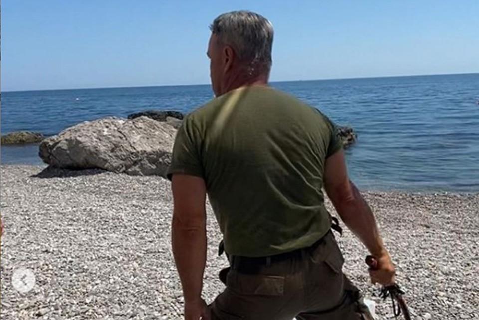 Охранник замахивается нагайкой на мужчину. Фото: кадр из видео Владиславы