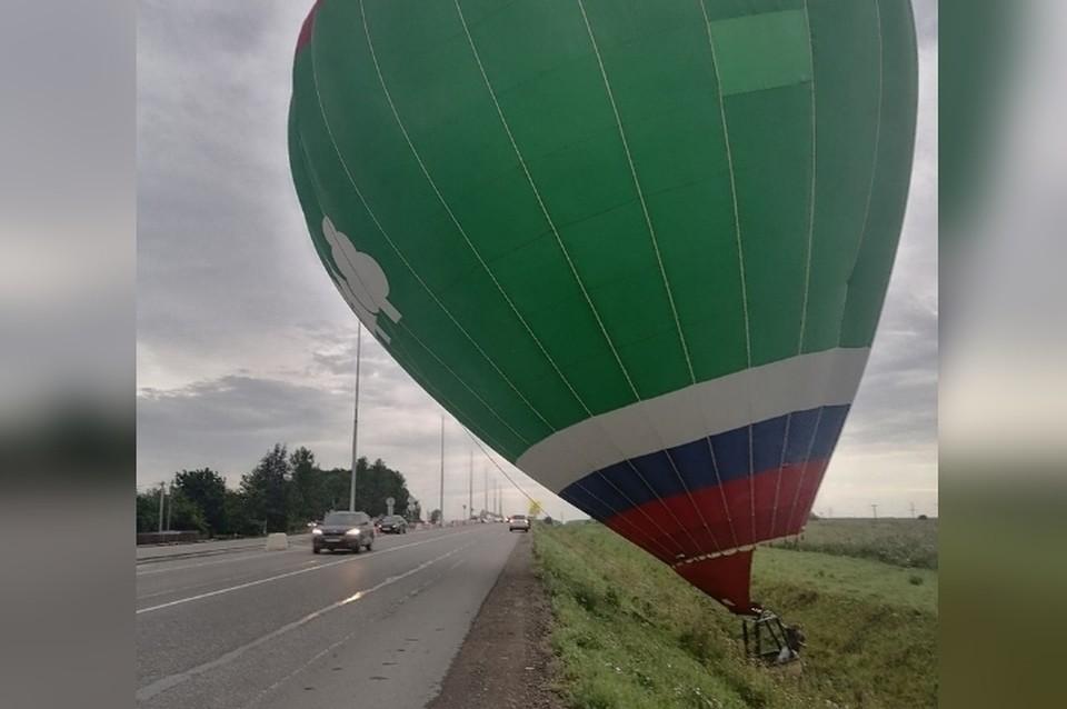 Воздушный шар приземлился на оживленную дорогу в Ленинградской области. Фото: vk.com/dtp47rus