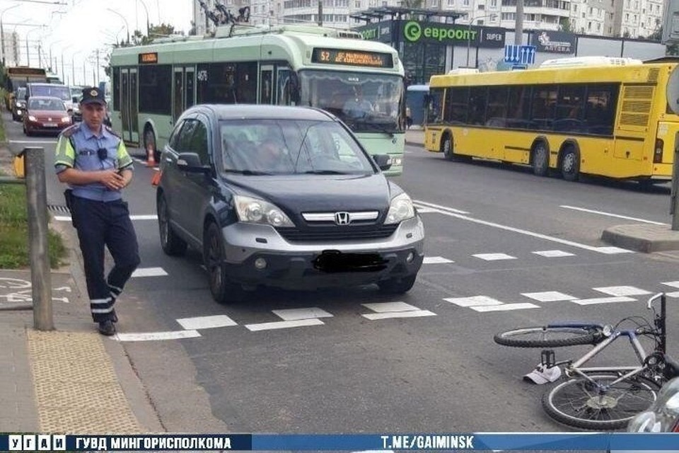 В Минске автомобиль сбил на пешеходном переходе 11-летнего велосипедиста. Фото: Телеграм-канал УГАИ ГУВД Мингорисполкома