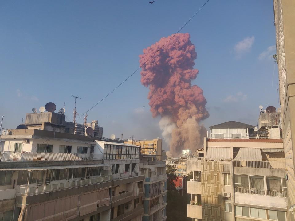 После взрыва над Бейрутом появился красный дым.