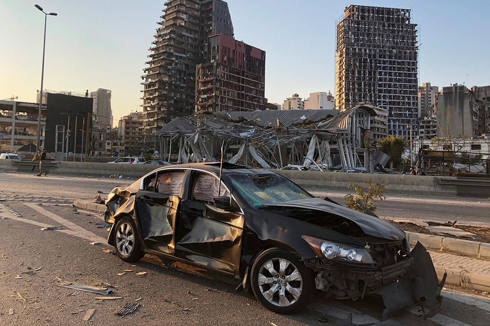 Последствия мощного взрыва в порту Бейрута.