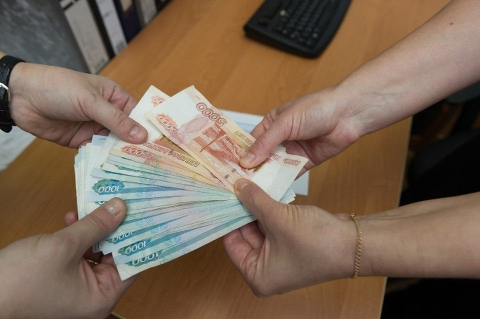 Мошенник выдавал вместо 6 тысяч две фальшивые банкноты номиналом 5 тысяч рублей, а сдачу забирал себе.