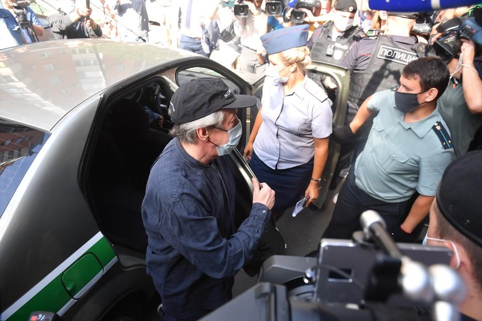 В машине Михаила Ефремова обнаружены пот и эпителиальные клетки другого человека.