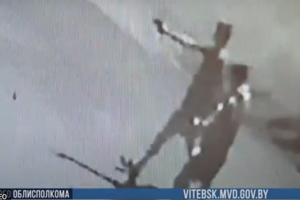 Парни тестировали пневматический пистолет- стреляли по балконам, автомобилям и котам. Фото:кадр с записи камеры видеонаблюдения.