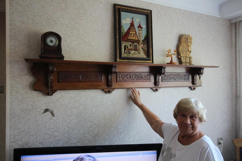С первой квартиры на улице Победы у Златы Яковлевны осталась вот эта полка.