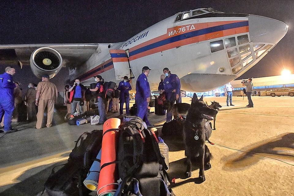 Ночью самолеты МЧС России прибыли в Бейрут, который приходит в себя от мощного взрыва.