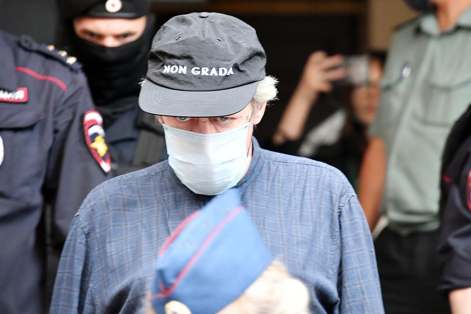 """В суде Ефремов был в черной кепке с надписью Non Grada - """"не оцененный"""""""