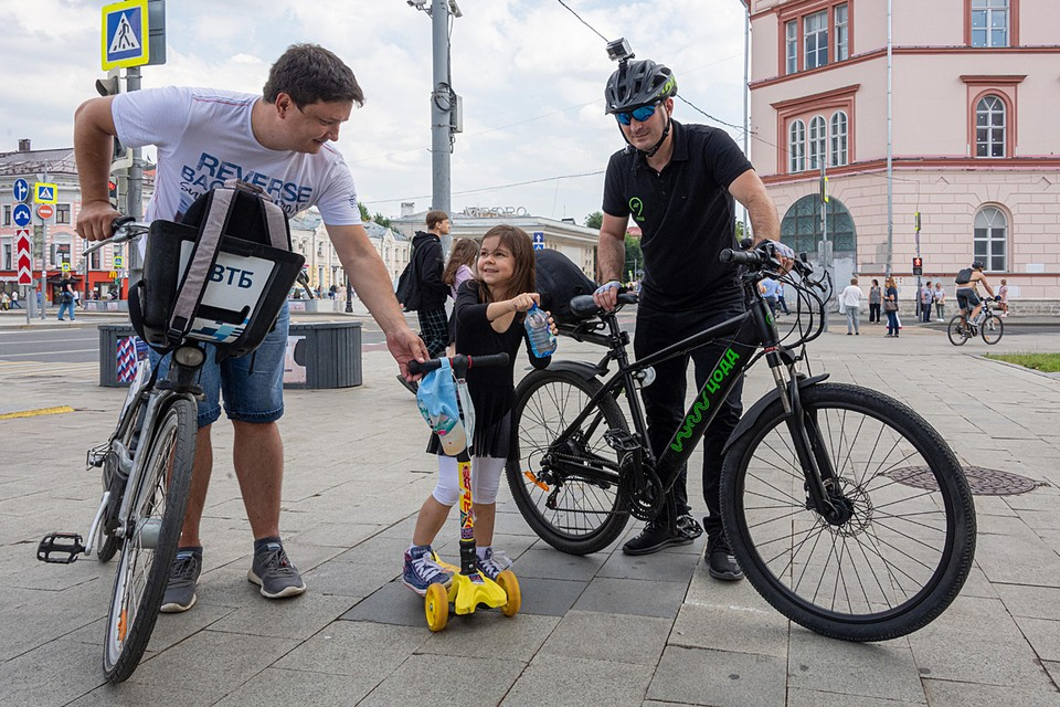 Сотрудники велопатруля дают попить водички, если надо