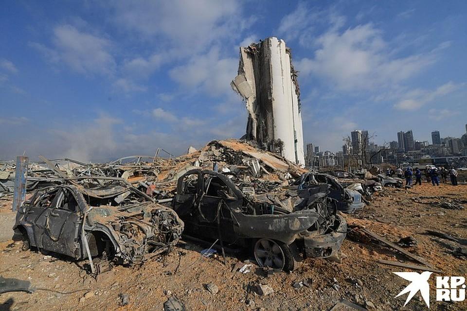 Работы на месте взрыва в порту Бейрута ведутся круглосуточно.