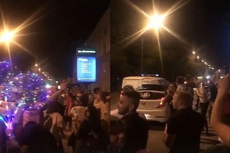 """На улице было больше сотни человек. Фото: скриншот из видео """"АСТ-54""""."""
