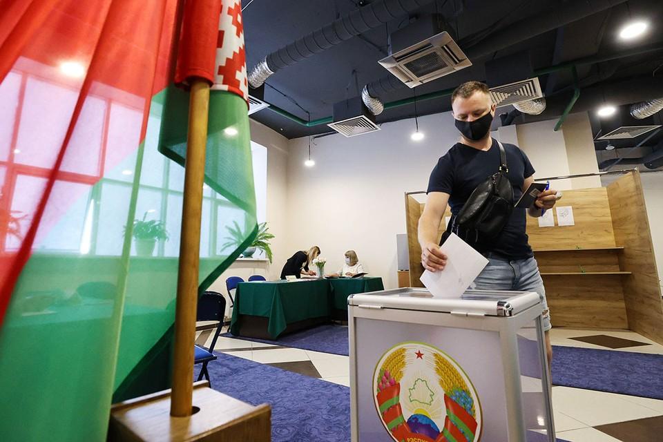 Сегодня в Белоруссии в 8 утра воскресенья одновременно откроются 5 767 участков для голосования, на которых избиратели будут в 6-й раз выбирать главу государства. Фото: Максим Гучек/БелТА/ТАСС