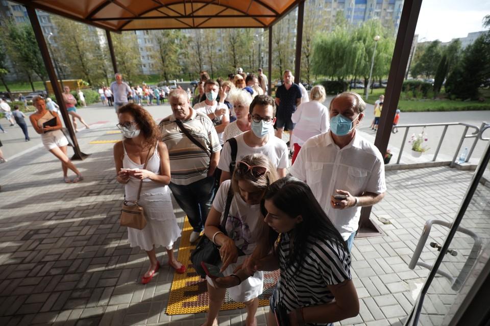 На нескольких избирательных участках Минска за час до закрытия стояли очереди в сотни человек.