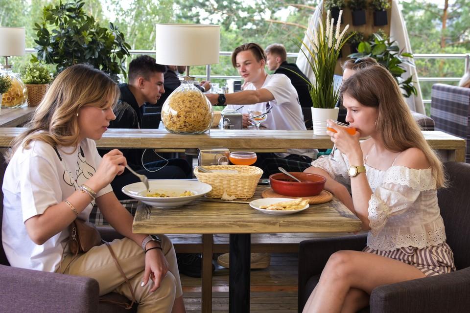 Вслед за летниками в Новосибирске открылись рестораны.