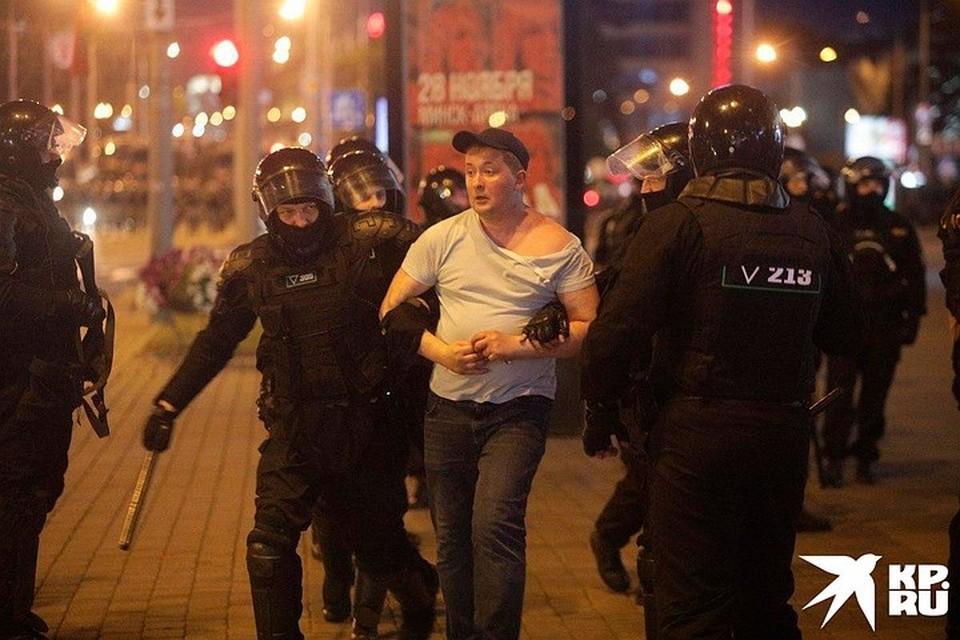 Милиция задерживает протестующих во время беспорядков в Белоруссии.