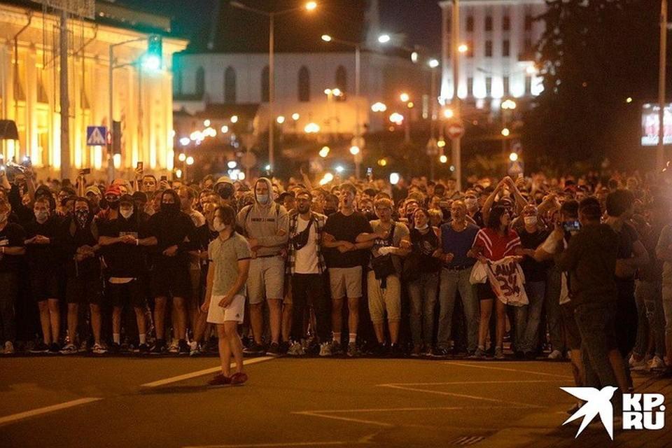 Протестующие в Минске стараются держаться тесно. Но как только приходит ОМОН, разбегаются.