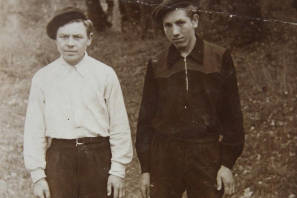 Дмитрий Титов (слева) в начале 50-х во Владимирово.