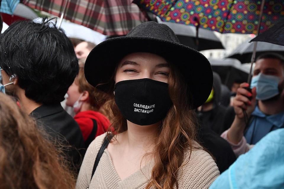 В ближайшие месяцы жителям и гостям Москвы в общественных местах будет необходимо по прежнему продолжать носить средства защиты.