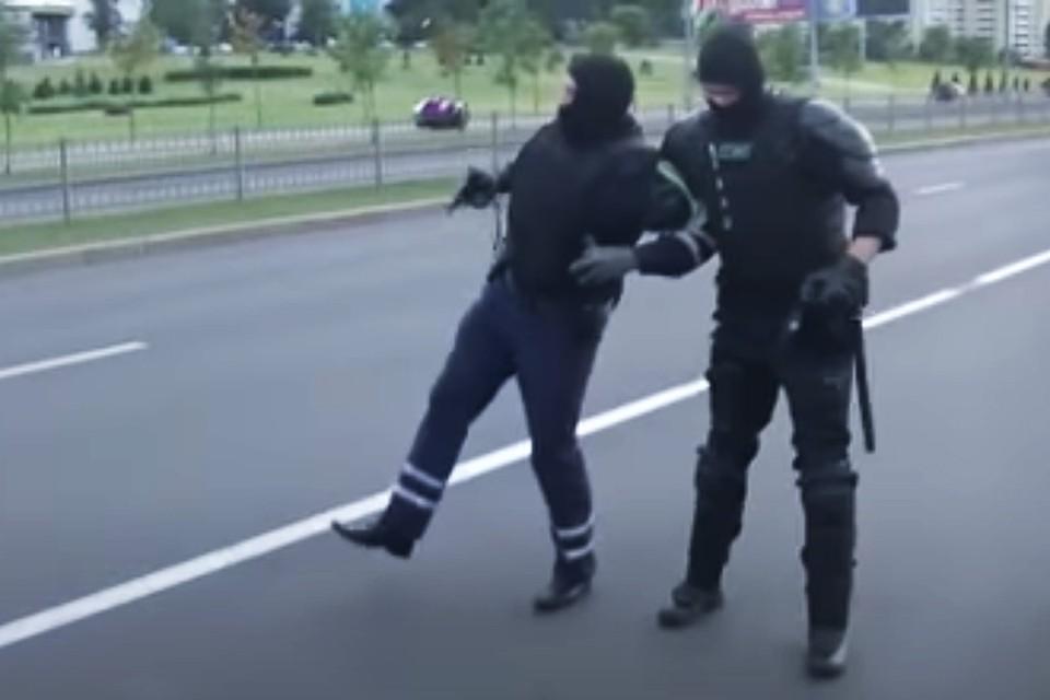 На проспекте Победителей в Минске машина сбила гаишника. Кадр из видео МВД РБ.