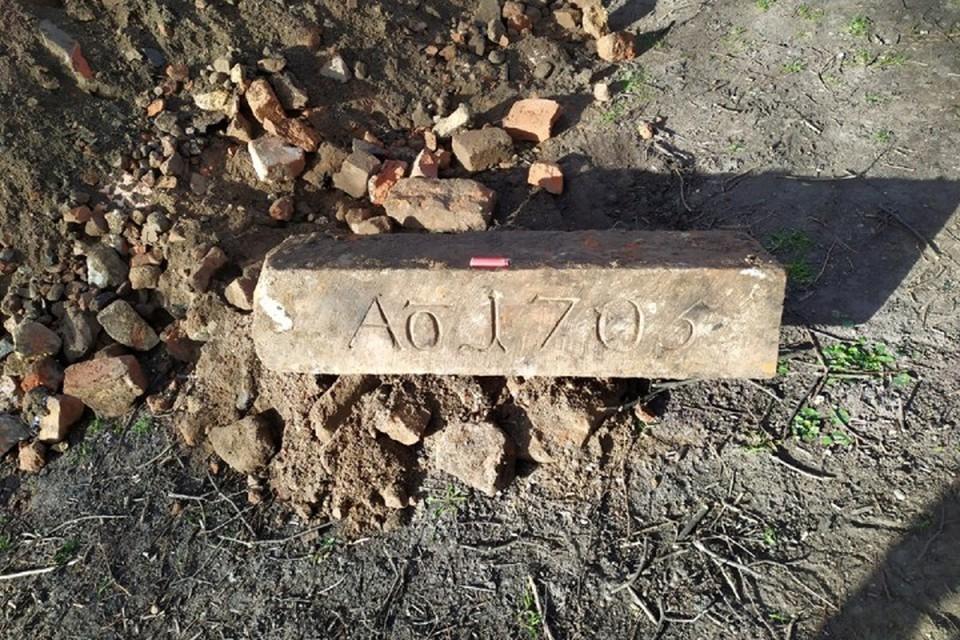 Надвратный камень 1703 года, найденный на бывшем острове Кнайпхоф.