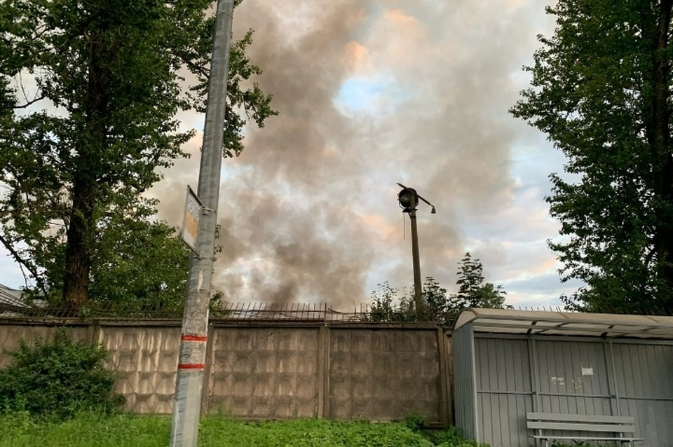 Завод загорелся на Ленинградской улице в Санкт-Петербурге. Фото: vk.com/spb_today