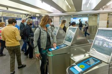 Новые турникеты с ЖК-дисплеями появились в метро Санкт-Петербурга