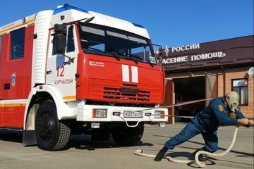 «Поднял обрушившуюся стену и вытащил на себе»: пожарный-супермен спасает жизни, гнет машины и тягает «танки»