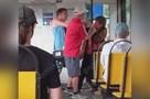 В Кузбассе кондуктор и пассажир подрались из-за маски в трамвае