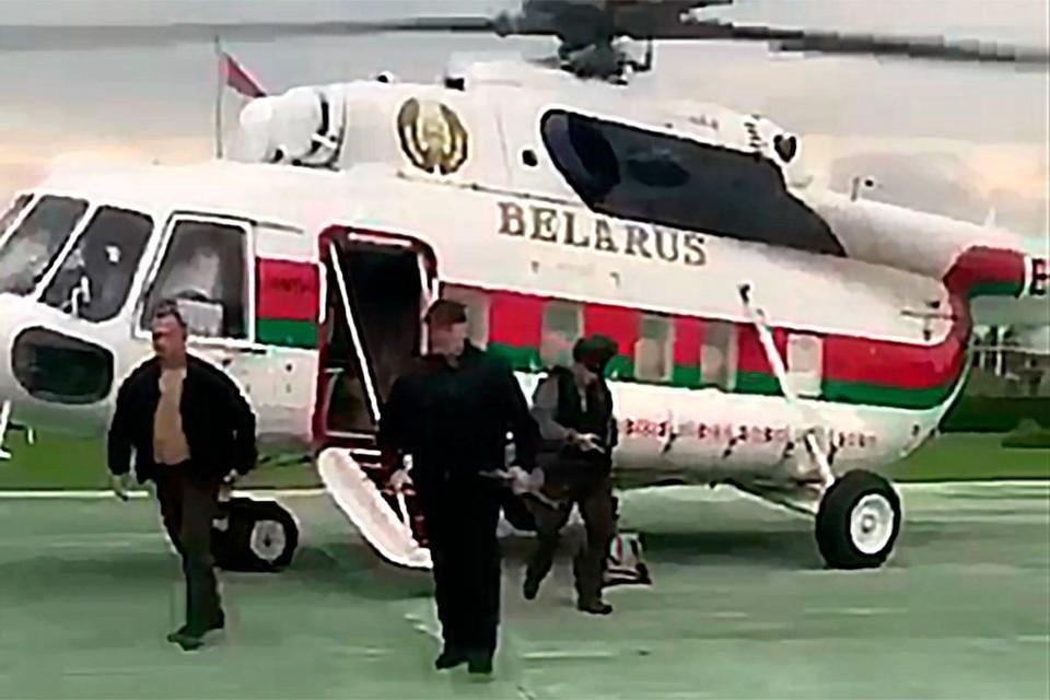 Александр Лукашенко на вертолете прилетел ко Дворцу Независимости в Минске. Фото: кадр из видео