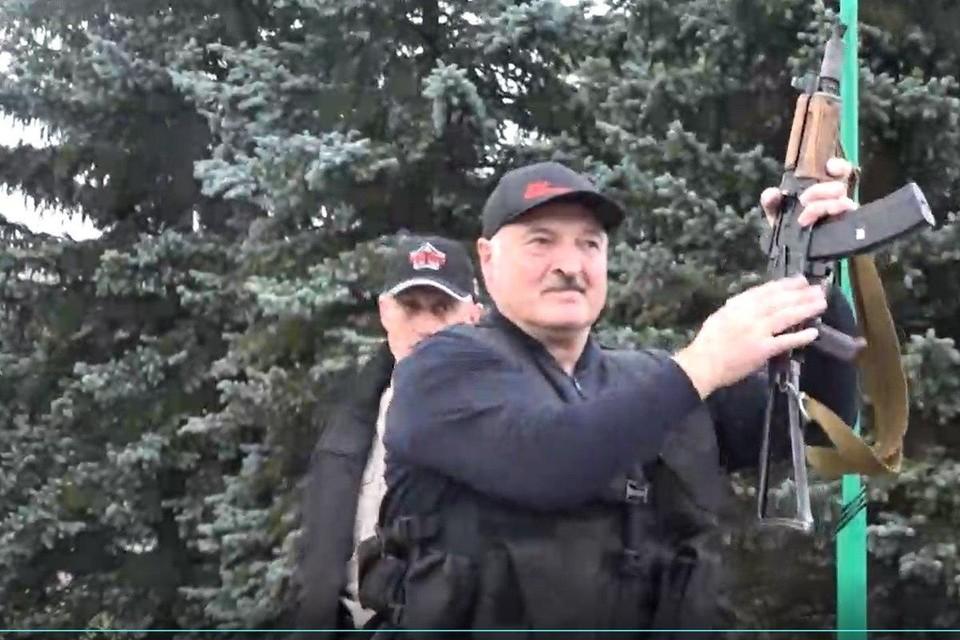 """Лукашенко с автоматом. Фото: Telegram-канал """"Пул Первого""""."""