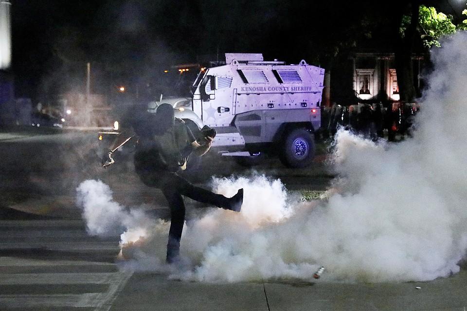 Беспорядки в городе Кеноша вспыхнули после того, как офицеры полиции серьезно ранили темнокожего американца
