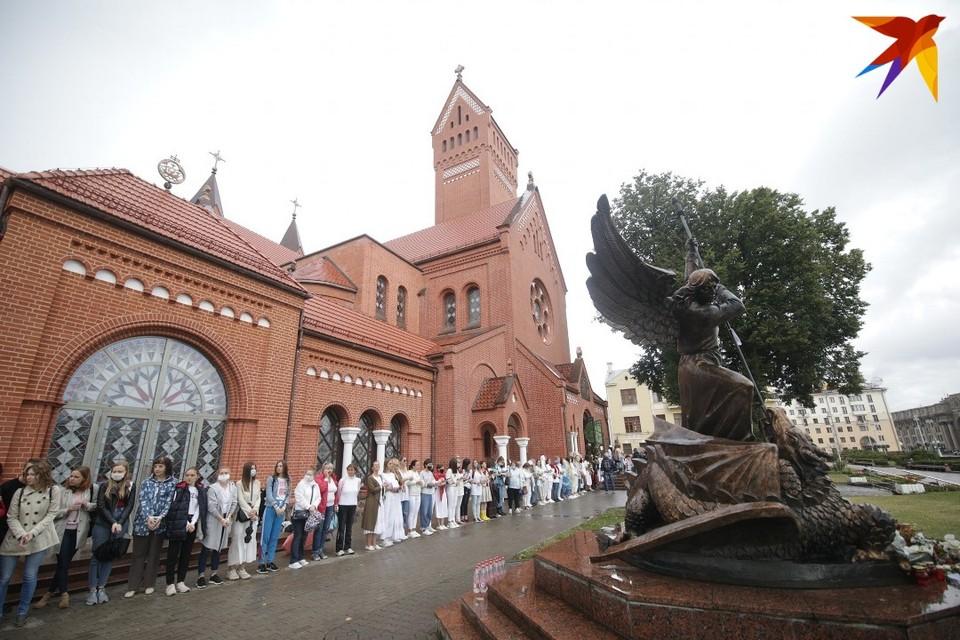 В четверг, 27 августа, минчанки в знак протеста выстроились в цепь вдоль Красного костела.