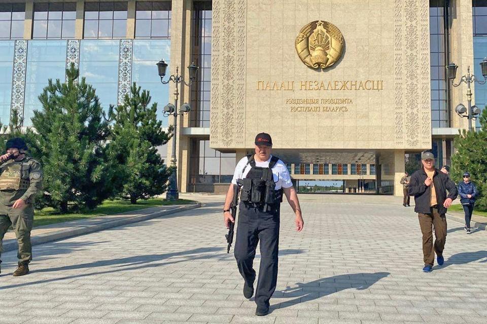 Лукашенко вновь появился в бронежилете с автоматом в руках