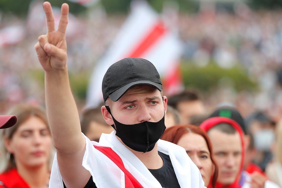 В Белоруссии люди на площади говорят, что у них мирный протест.