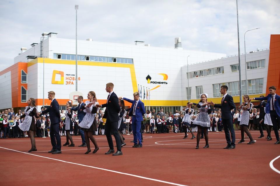 Более 1000 строителей на протяжении 300 дней трудились над возведением школы. Фото Департамента информации и рекламы НК «Роснефть»