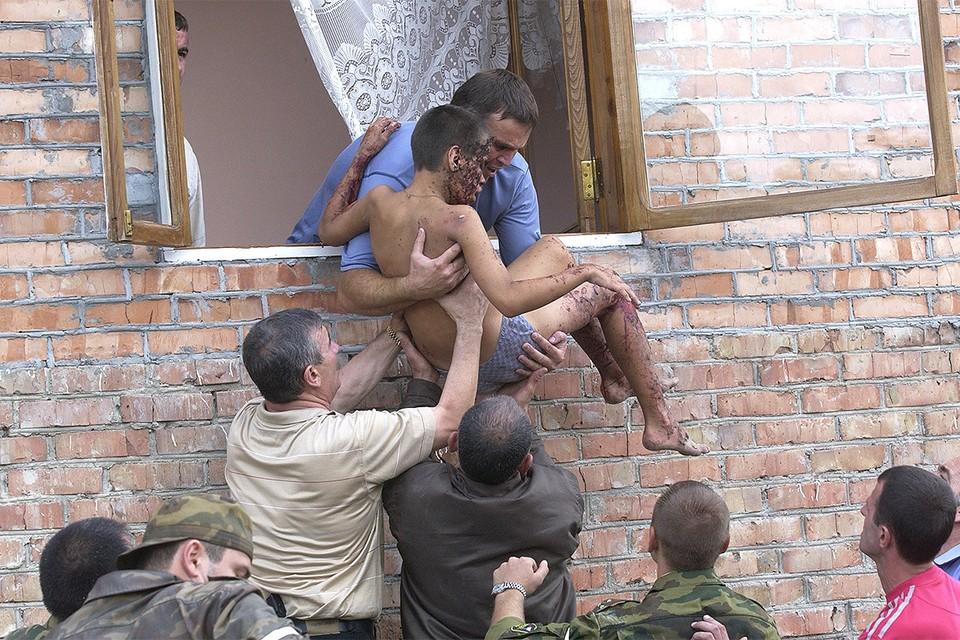 Спасение детей из здания школы в Беслане, 3 сентября 2004 г.