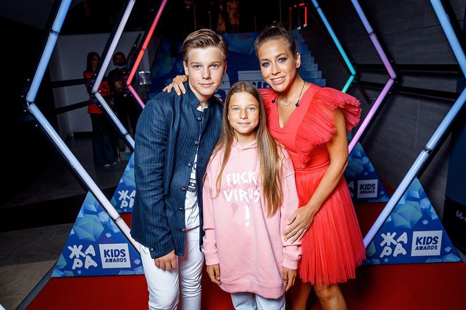 Юлия Барановская в компании сына Артема и дочери Яны. Фото: пресс-служба «Жара»