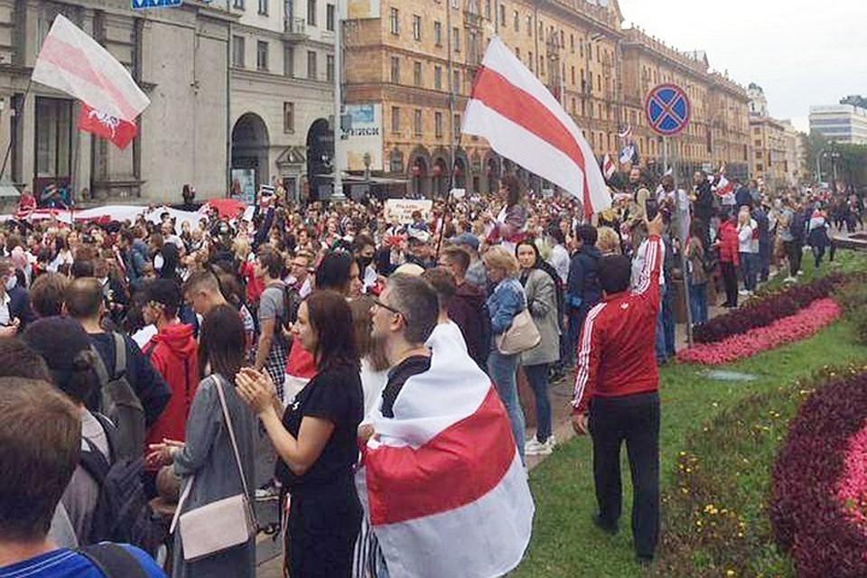 Колонна протестующих в центре Минска