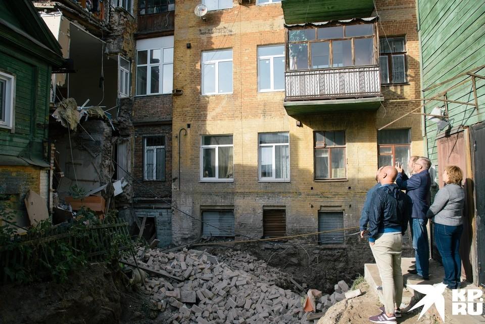 Жители винят в обрушении стены рабочих, которые выкопали котлован
