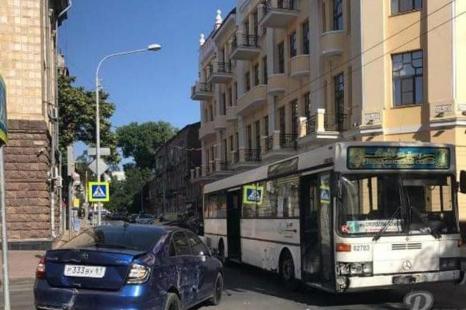 В центре Ростова столкнулись легковушка и автобус. Фото: соцсети