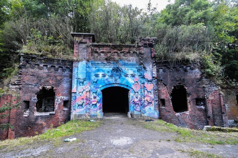 """Вот такие художества теперь """"украшают"""" кирпичные стены."""
