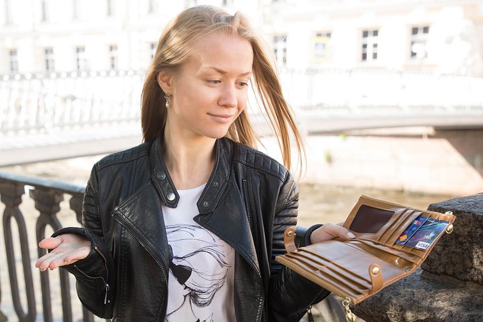 Как говорят эксперты, у большинства россиян есть одна основная карта, на которую приходит зарплата и с которой совершаются основные покупки