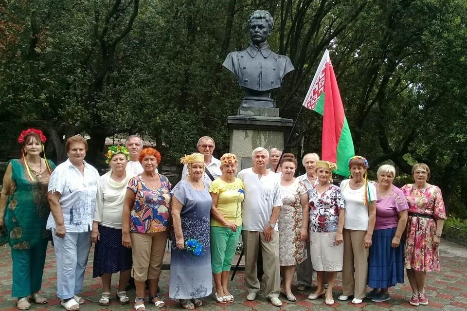 Представители белорусского движения у памятника поэту Максиму Богдановичу