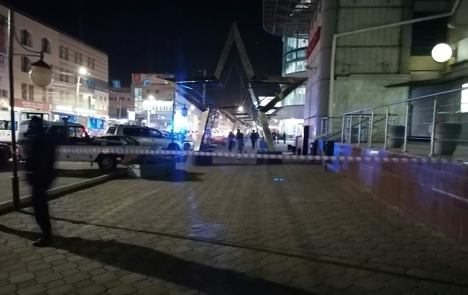 Площадь возле супермаркета оцепили.