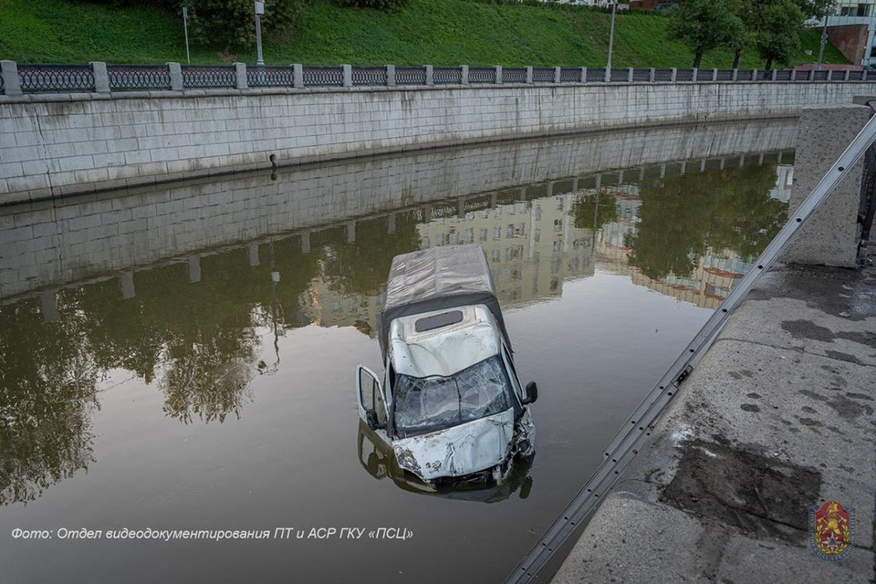 Водитель «Газели» пробил ограждение набережной, и машина рухнула в реку. Фото: ГОЧСиПБ