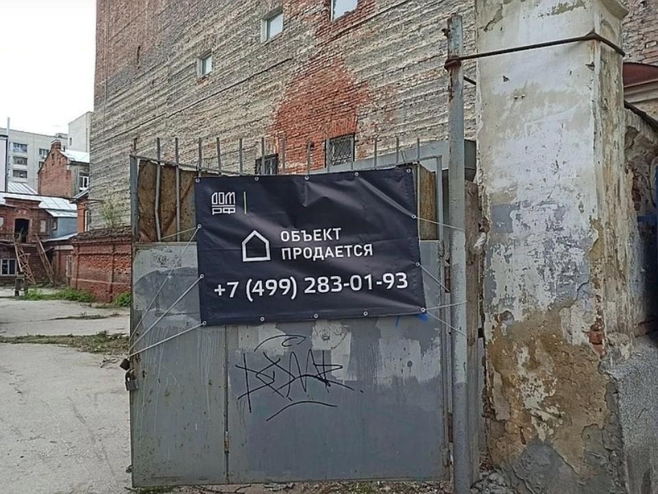Эти старинные и изрядно обветшалые стены в самом центре Саратова уже проданы. Фото Виктории Грачевой