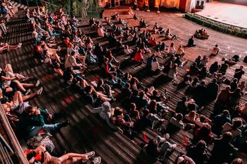 «Фестиваль уличного кино» в Петербурге: Зрителям покажут дебютный фильм Светланы Устиновой и новую работу Ян Гэ